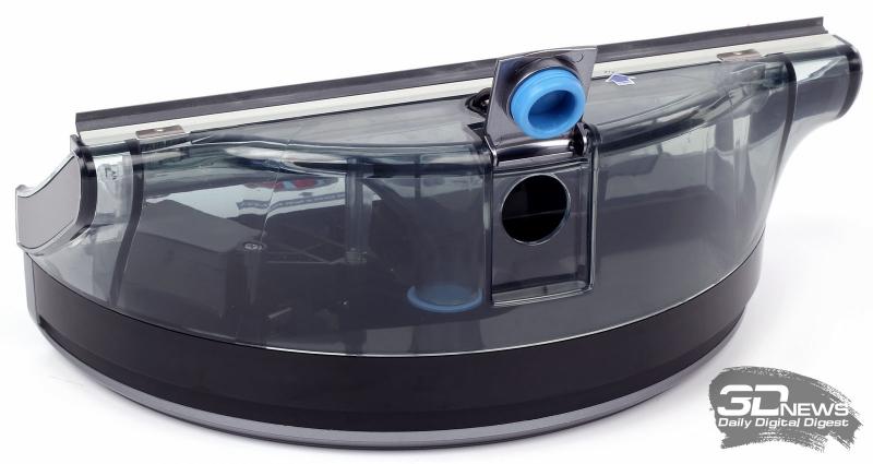 Воздушный тракт (его расширяющийся раструб виден внутри бака) и клапан слива грязной воды