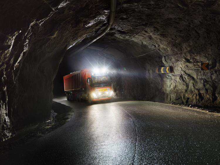"""Грузовые робомобили Volvo займутся перевозкой известняка"""""""