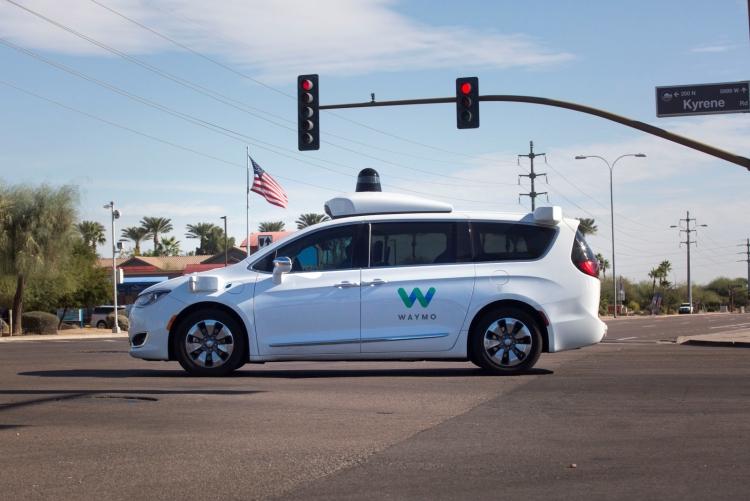 """Waymo возвращает в свои робомобили страховочных водителей"""""""