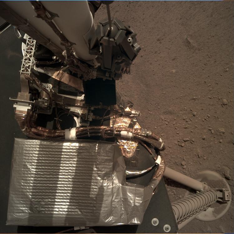 """Фото дня: марсианский зонд InSight расправляет роботизированную «руку»"""""""