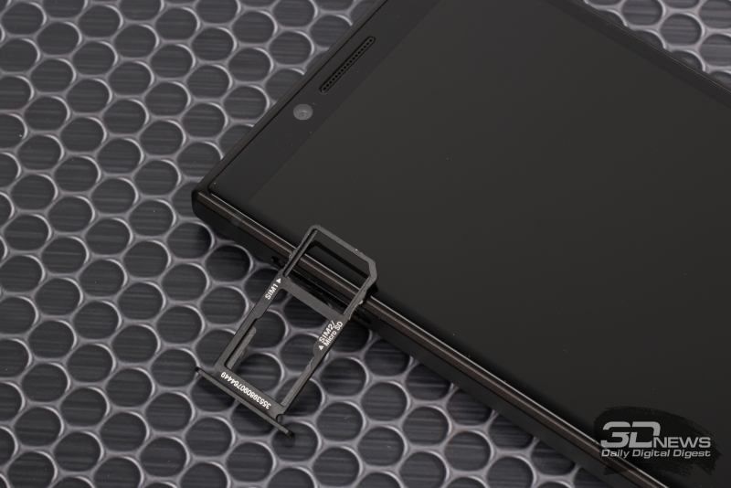 BlackBerry KEY2, слот для двух nano-SIM или одной nano-SIM и одной microSD