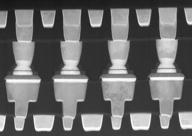 Intel встроила магнитный туннельный переход между двумя слоями металлизации, см. ряд по центру фото (IEDM 2018, Intel)