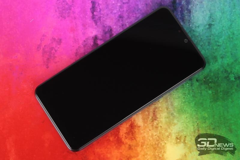 ASUS Zenfone Max Pro (M2), лицевая панель: в вырезе в верхней части экрана – фронтальная камера, датчики; выше – решетка разговорного динамика и индикатор состояния