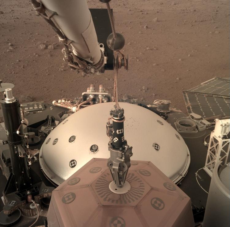 Працює. Апарат InSight встановив перший інструмент на Марсі