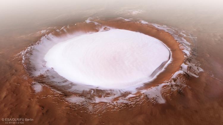 "Снимок кратера Королёва на Марсе, похожего на заснеженное озеро"""