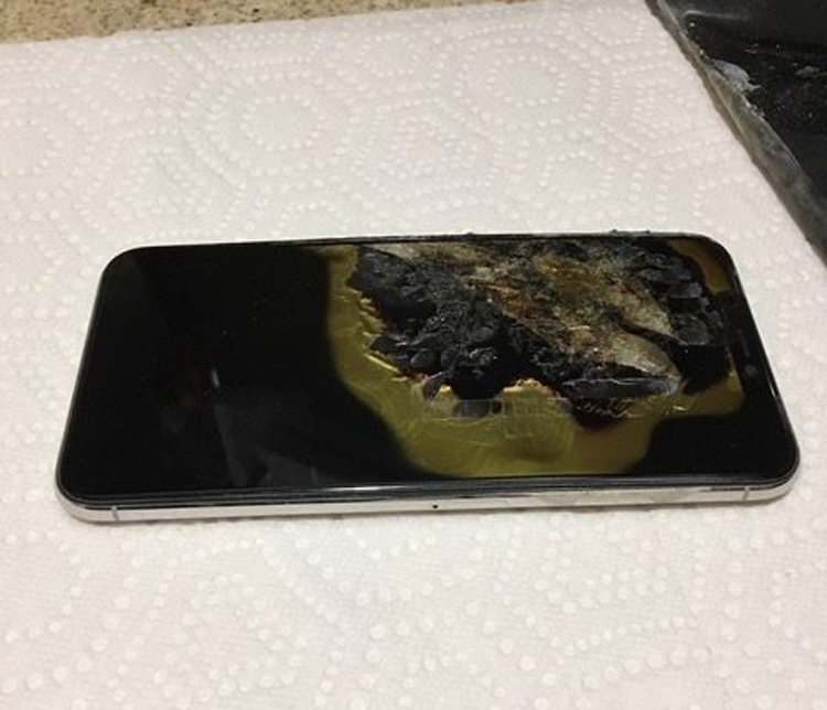 """Новый iPhone XS Max взорвался в кармане у владельца"""""""