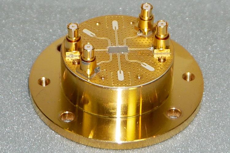 Элемент квантового вычислителя NEC с ситемой крепления в криогенной камере
