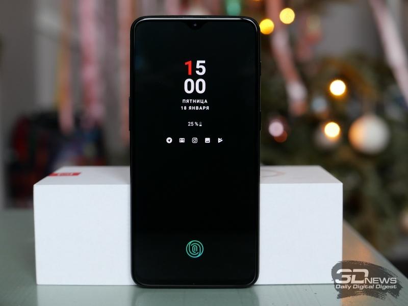 OnePlus 6T, лицевая панель: в вырезе – фронтальная камера и датчики, над ним – разговорный динамик, индикатор состояния