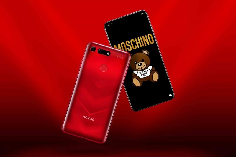 Красный вариант версии Moschino – обратите внимание на фирменные обои