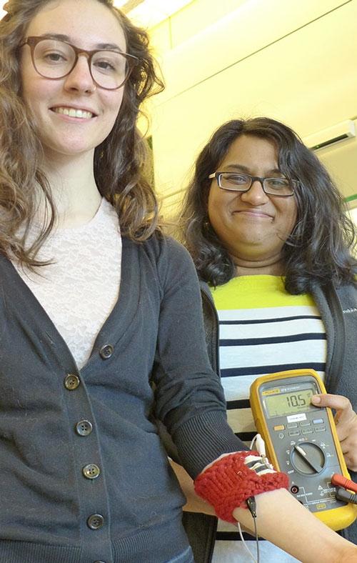 Слева аспирантка и соавтор изобретения Линден Эллисон, справа Ариша (Фото Mark Anderson)