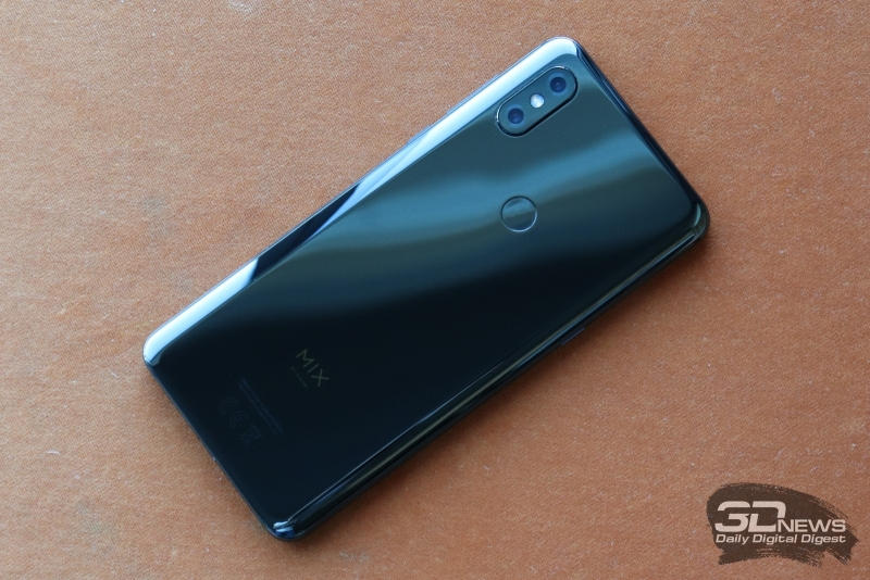 Xiaomi Mi MIX 3, задняя панель: сканер отпечатков пальцев и блок камеры с двумя объективами и двойной светодиодной вспышкой
