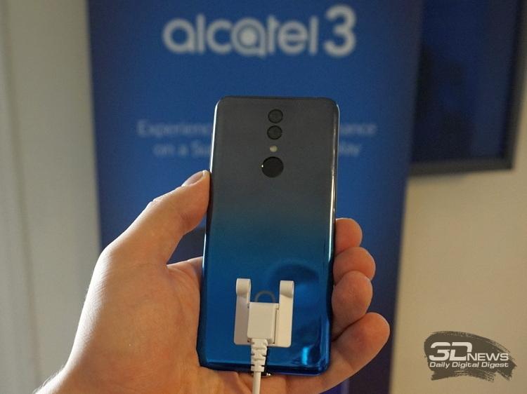 Ещё Alcatel 3 отличается дизайном тыльной панели