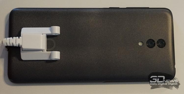 Ещё Alcatel 3L отличается дизайном тыльной крышки