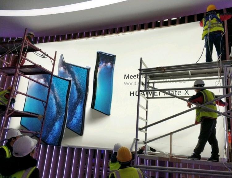 "Фото дня: изгибаемый смартфон Huawei Mate X может привлечь немало внимания на MWC 2019"""
