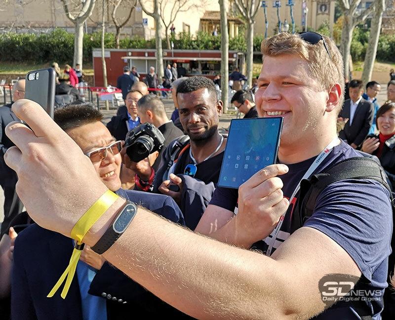 Корреспондент 3DNews Андрей Созинов доволен складным смартфоном Huawei Mate X