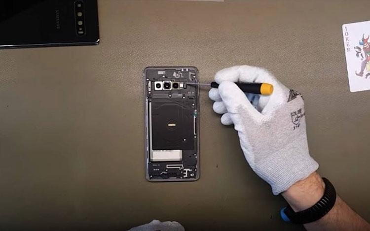 "Видео дня: разборка Samsung Galaxy S10, S10e и оригинального Galaxy S"""