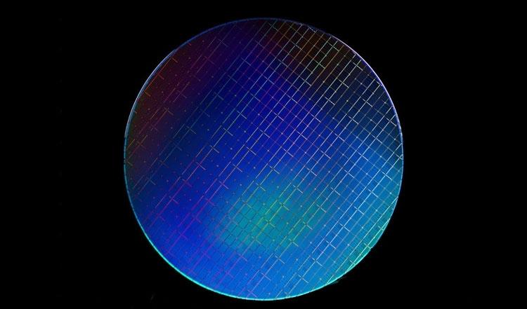Кремниевая 300-мм пластина с квантовыми процессорами на основе спиновых кубитов