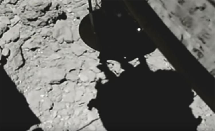 """Видео дня: захват образцов грунта на астероиде Рюгу"""""""