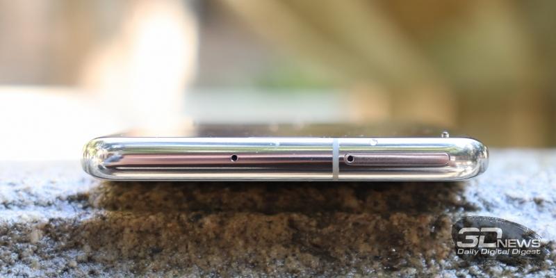 Samsung Galaxy S10+, верхняя грань: микрофон и слот для SIM-карт с картой памяти