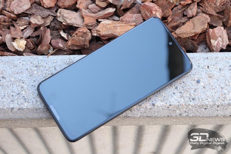Moto g7, лицевая панель: в «капельке» – фронтальная камера и датчики, выше – щель разговорного динамика