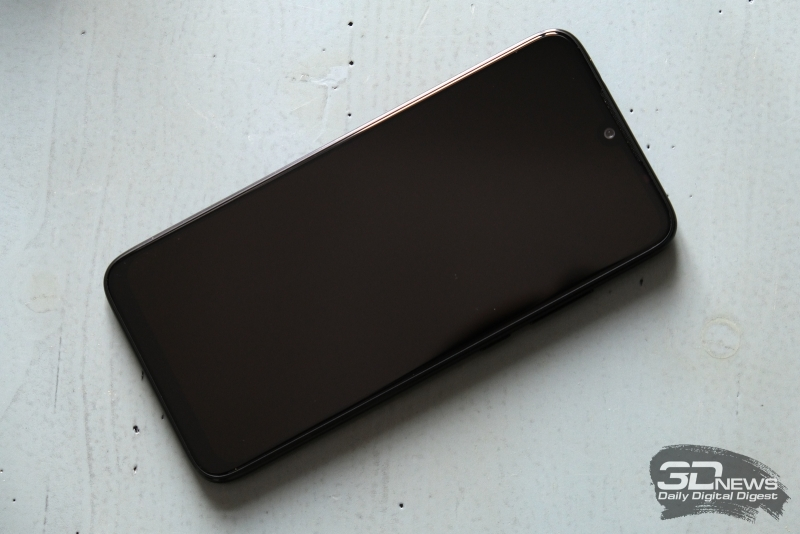 Xiaomi Redmi Note 7, лицевая панель: в вырезе – фронтальная камера, над ней – прорезь разговорного динамика