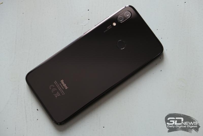 Xiaomi Redmi Note 7, задняя панель: выступающий над корпусом блок двойной камеры, двойная же светодиодная вспышка, а также сканер отпечатков пальцев