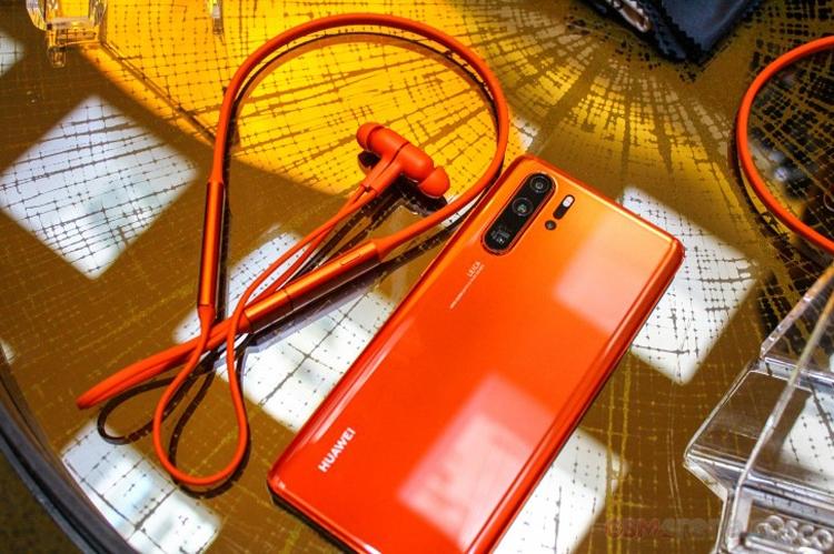 """Беспроводная гарнитура Huawei Freelace может подзаряжаться от смартфона"""""""