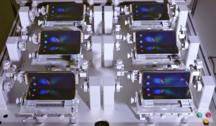 "Видео: наблюдаем, как сгибают–разгибают Samsung Galaxy Fold"""
