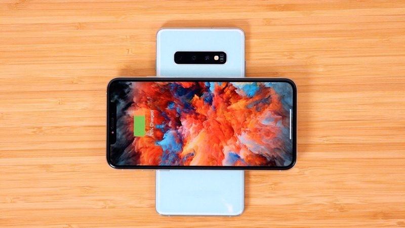 Беспроводная двухсторонняя зарядка у смартфонов Galaxy S10+