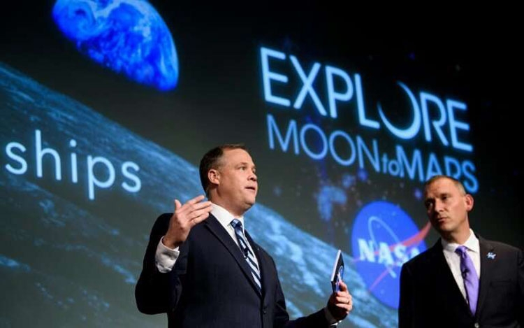 администратор NASA Джим Бриденстайн (слева)