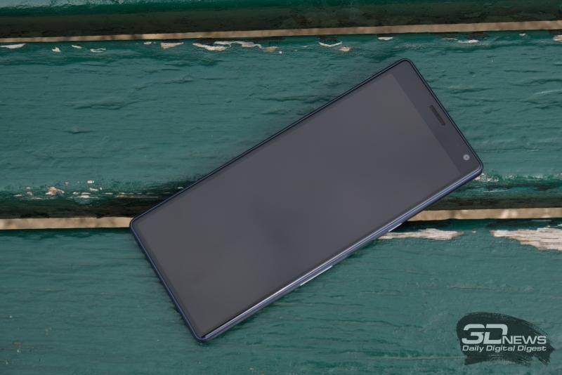Sony Xperia 10, лицевая панель: над экраном – разговорный динамик, фронтальная камера, датчик освещенности и индикатор состояния