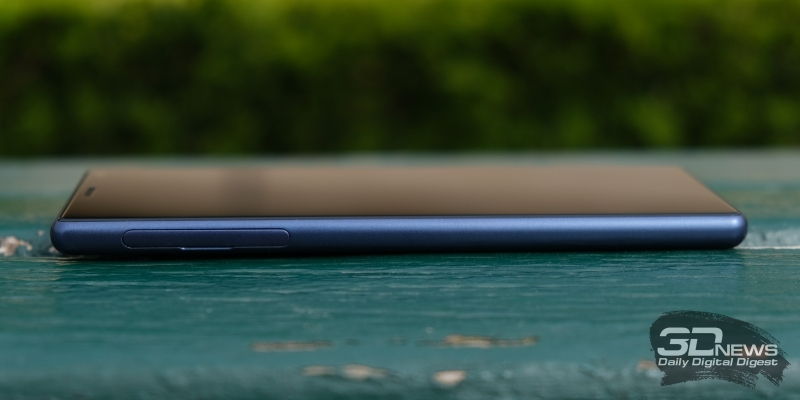 Sony Xperia 10, левая грань: слот для SIM-карт и/или карты памяти