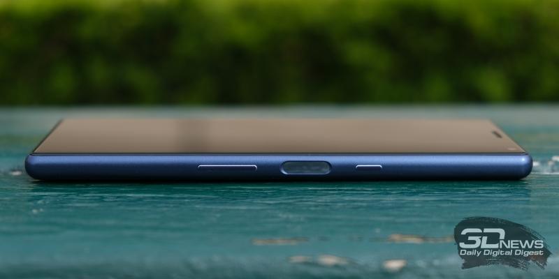 Sony Xperia 10, правая грань: клавиша включения, клавиша регулировки громкости/спуска затвора камеры и сканер отпечатков пальцев