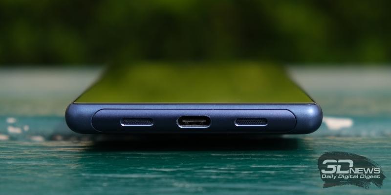 Sony Xperia 10, нижняя грань: порт USB Type-C и две решетки – за одной спрятан микрофон, за второй – основной динамик