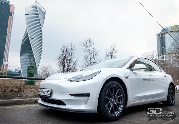 """Электромобиль Tesla теперь может менять полосы движения самостоятельно"""""""