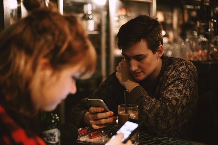 """В России рухнул спрос на телефоны: покупатели выбирают недорогие смартфоны"""""""