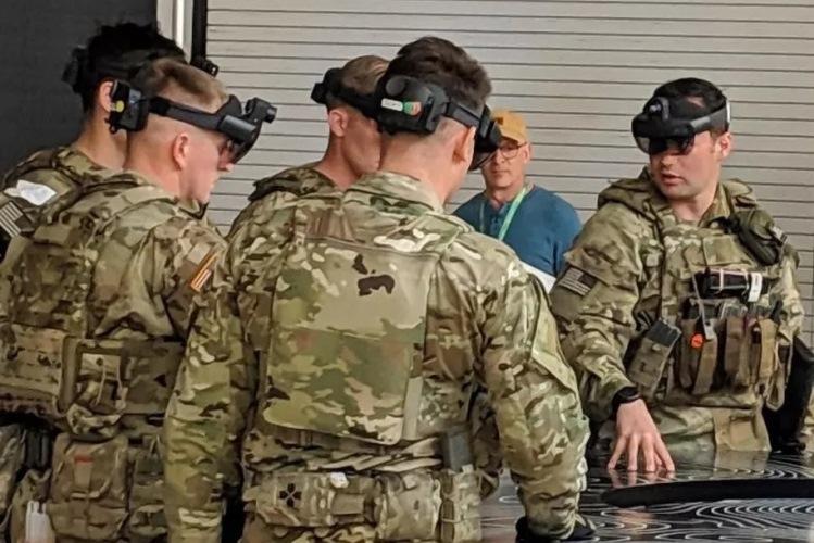 """Американские военные тестируют гарнитуру HoloLens для использования в полевых условиях"""""""