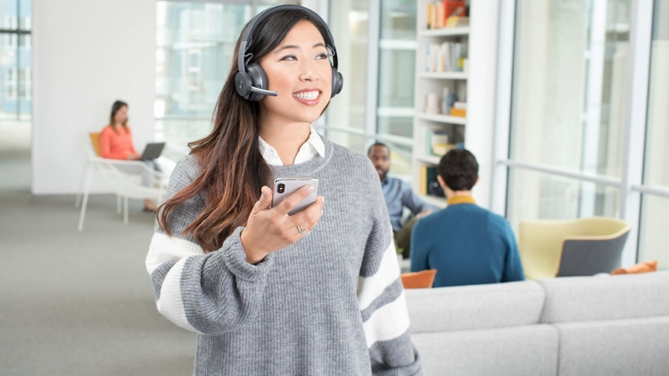 Беспроводная гарнитура Logitech Zone Wireless для открытых офисных пространств блокирует окружающий шум