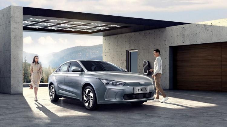 Премиальный электромобиль по-китайски: Geely представила седан Geometry Aза31 000 долларов