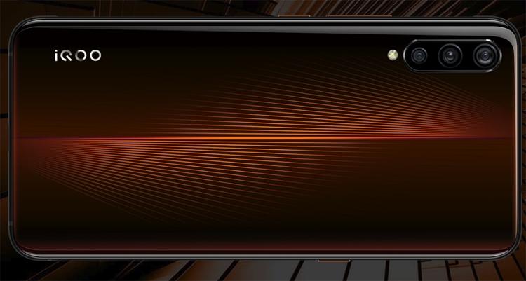 """12 Гбайт + 128 Гбайт: вышла новая версия мощного смартфона Vivo iQOO"""""""