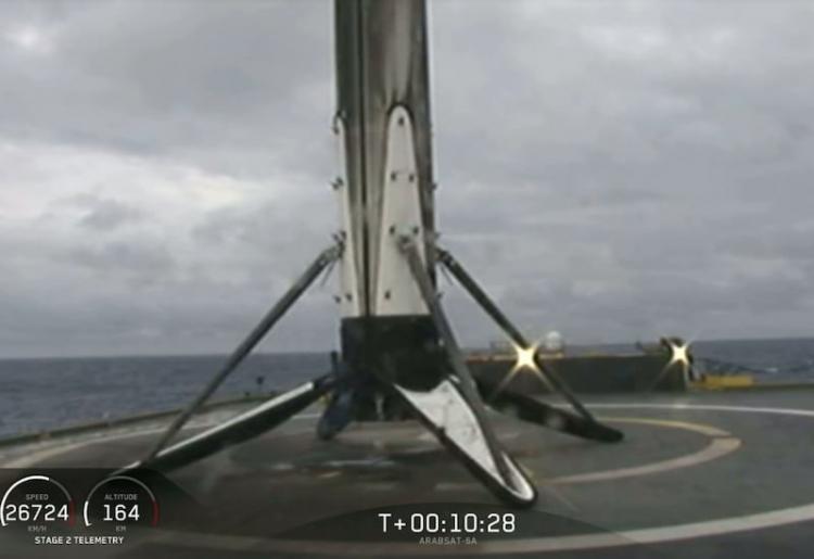 """Из-за сильного шторма центральная ступень SpaceX Falcon Heavy утонула в океане"""""""