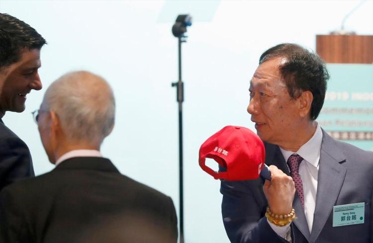 Председатель Foxconn уходит с поста и обдумывает участие в президентской гонке
