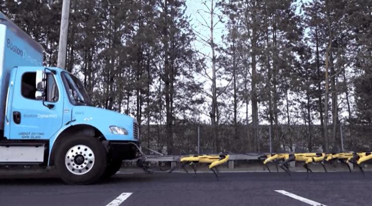 """Видео дня: вереница роботов Boston Dynamics SpotMini тянет грузовик"""""""
