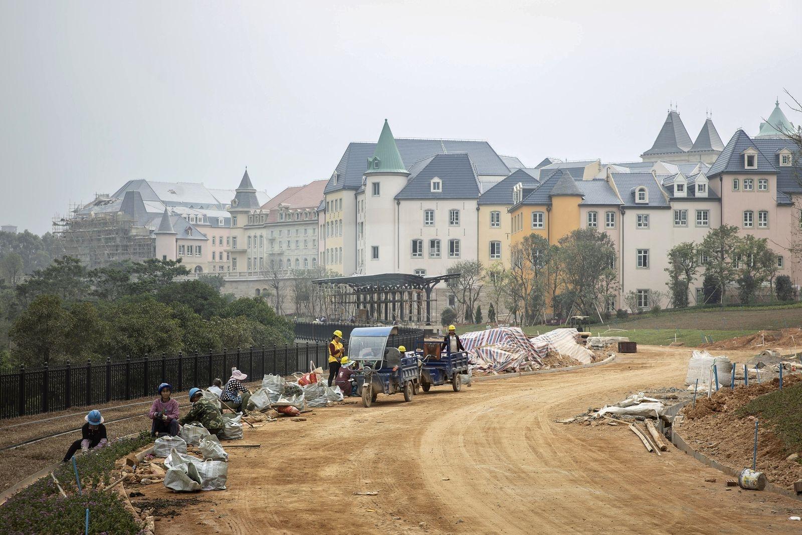 """Новый кампус Huawei в Китае выглядит как 12 европейских городов, соединённых друг с другом"""""""