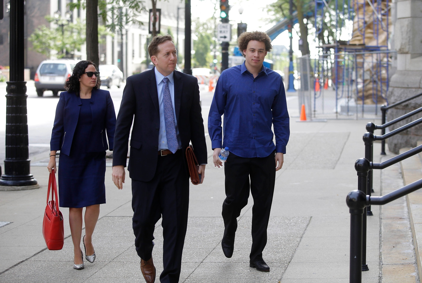 Хатчинс и его адвокаты по дороге на слушание