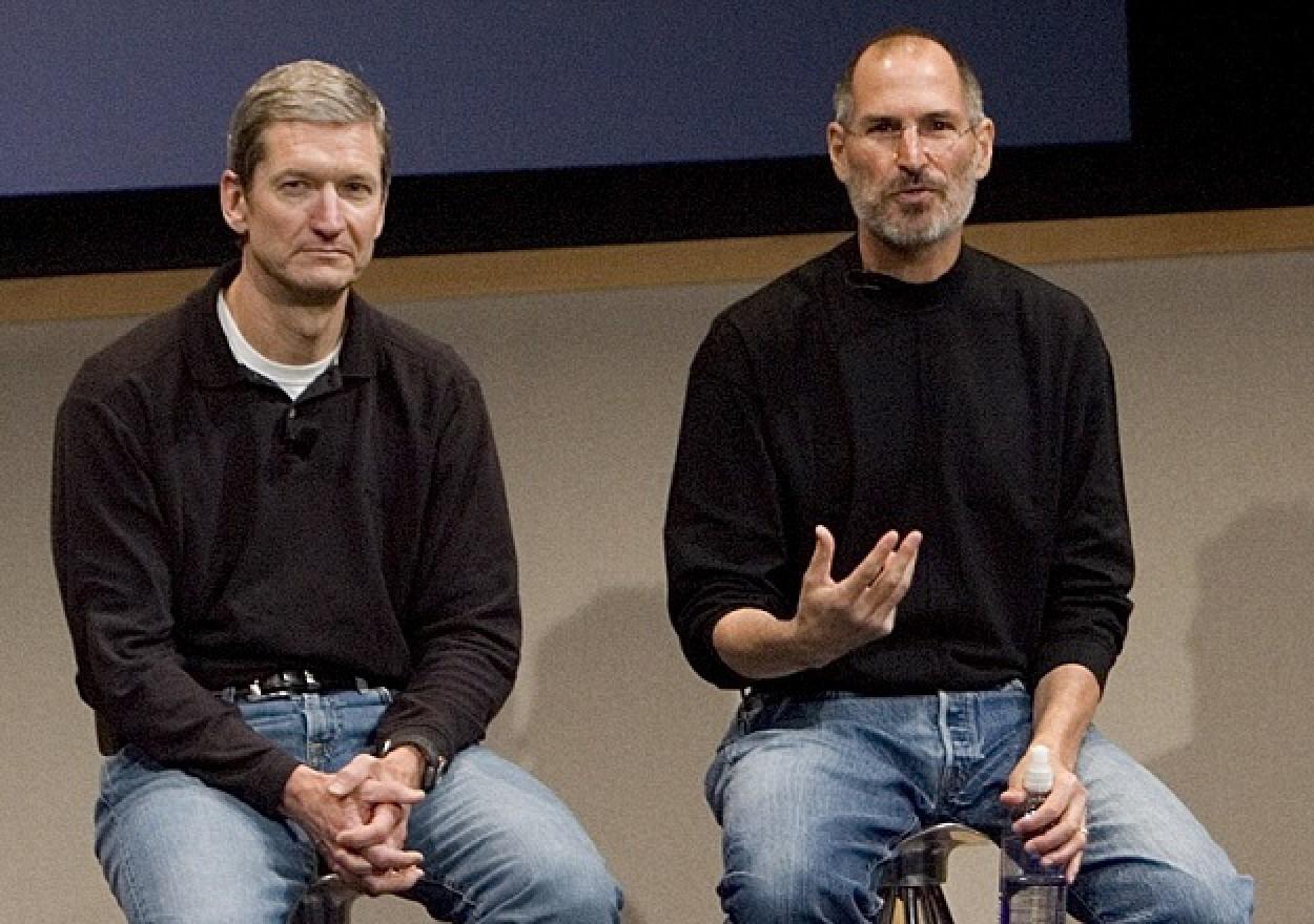 Тим Кук вместе со Стивом Джобсом. За время своей работы в Apple Кук постоянно помогал Джобсу и был одним из его близких сторонников