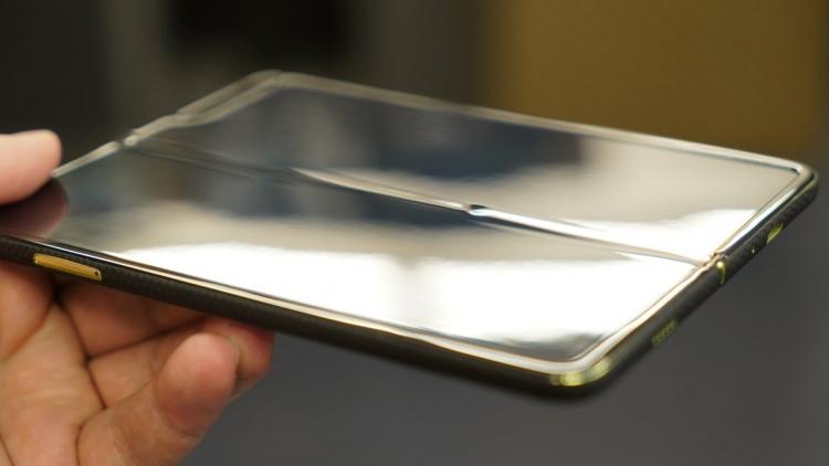 """Немного пыли на экран — и складной смартфон Galaxy Fold выходит из строя"""""""