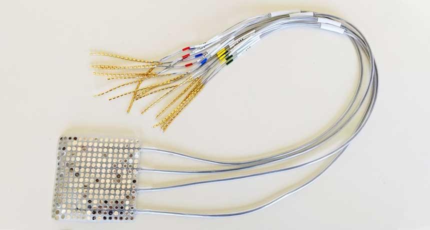 Ученые преобразовали сигналы мозга, захваченные этой сеткой электродов, предназначенных для записи активности мозга, в синтезированные предложения. Техника может однажды помочь людям, которые не могут говорить, общаться.