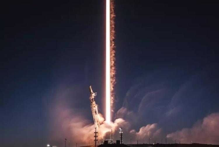 """Американская Федеральная комиссия по связи одобрила планы SpaceX по запуску интернет-спутников"""""""