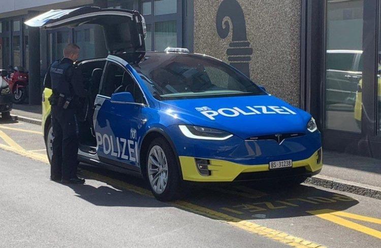 """В швейцарском Базеле разворачивается парк патрульных электрокаров Tesla"""""""
